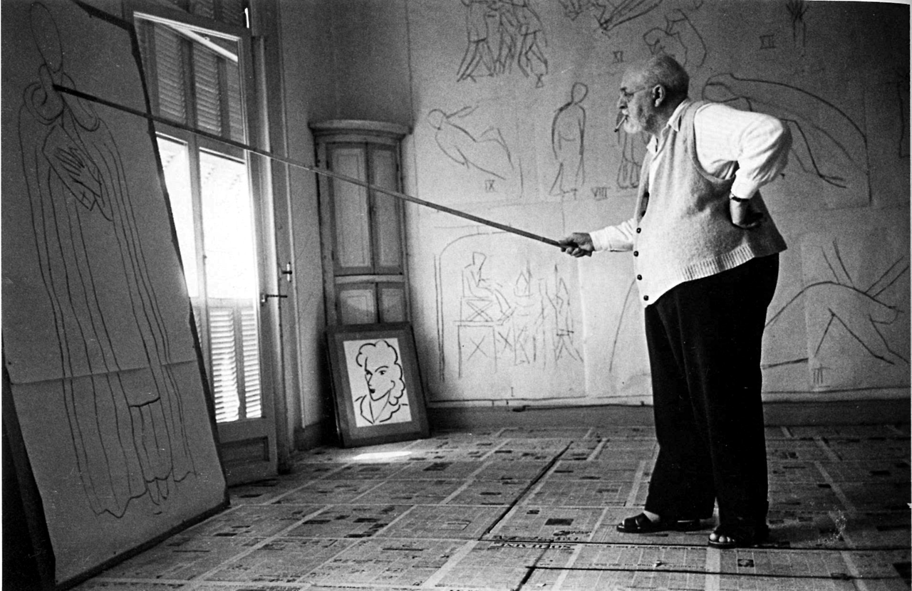 the-world-of-old-photography-robert-capa-henri-matisse-drawing-with-a-bamboo-1397344161_org.png